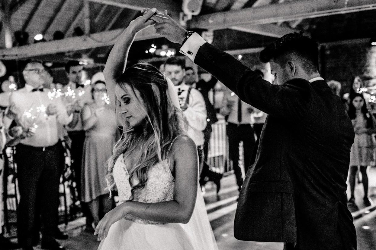 Emotionale kirchliche Hochzeit im Vintagestil