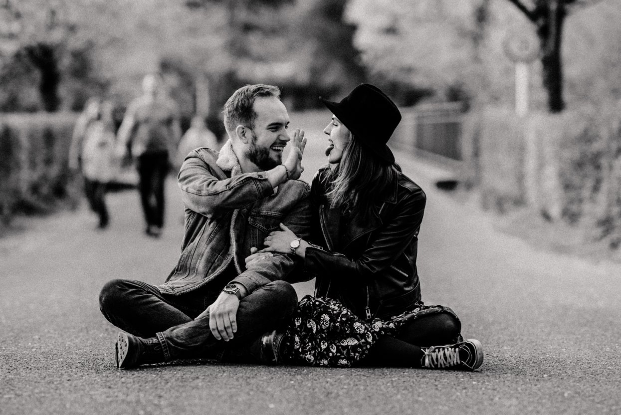 Verlobungsbilder im bunten Garten